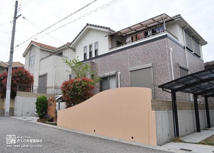 オレンジ色に塗装した塀と外壁塗装完成後のご自宅