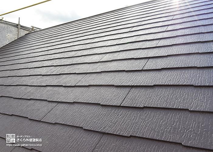 チョコレート色に塗装された屋根
