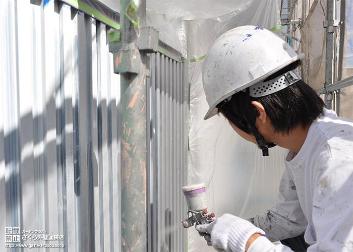 吹き付け塗装中の職人