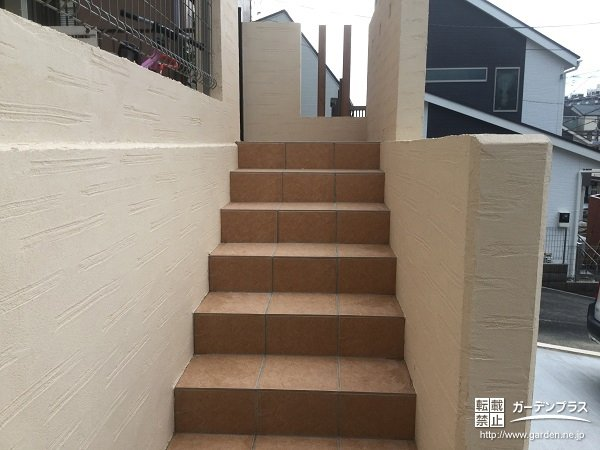 ベージュの擁壁とレンガ化粧で柔らかヨーロピアンリフォーム工事 No 5063 玄関アプローチの施工例 さくら外壁塗装店